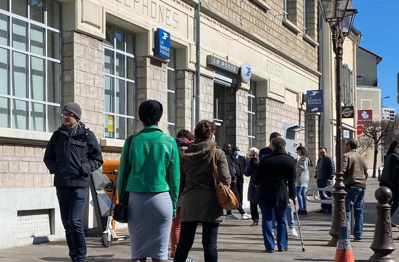 Versement des prestations sociales : en Seine-Saint-Denis, la crainte d'une ruée dans les bureaux de Poste