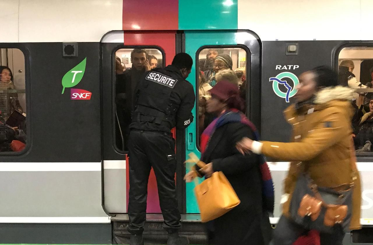 Grève : pour éviter la cohue, la SNCF et la RATP stoppent les voyageurs en amont des quais