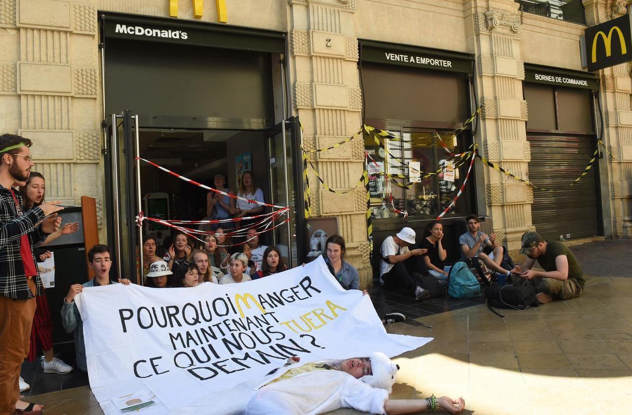 Climat : à Bordeaux, des lycéens bloquent un restaurant McDonalds