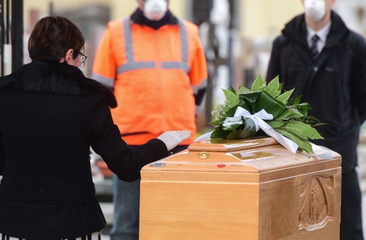 Coronavirus : seulement quatre personnes à l'enterrement d'Henri