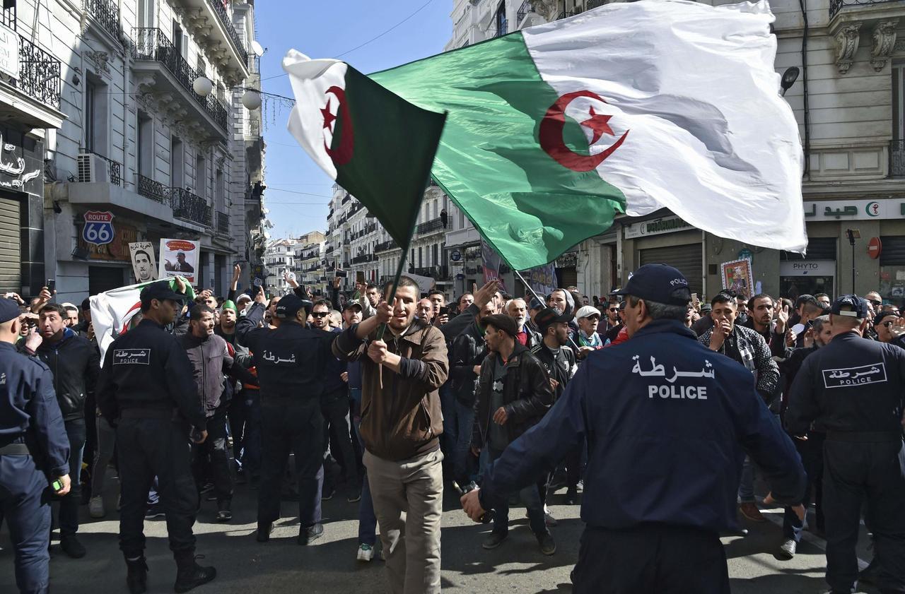 Algérie : des milliers de personnes à Alger pour les un an du Hirak