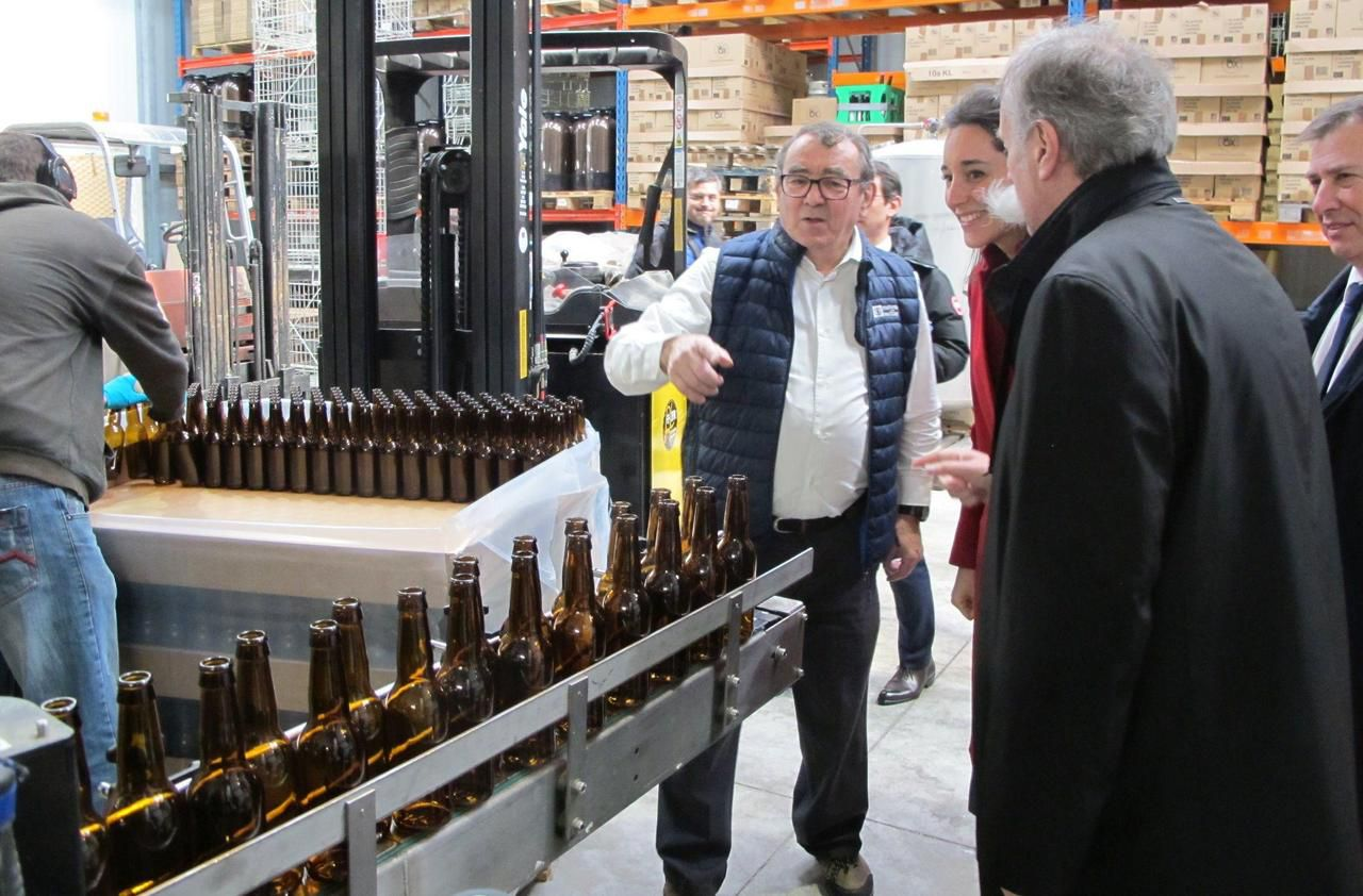 La secrétaire d'Etat Brune Poirson parle recyclage à la brasserie de Marcoussis