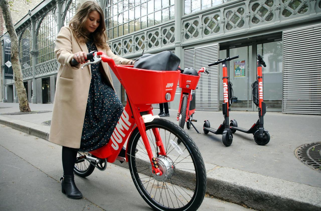 VTC, trottinettes, vélos et bientôt scooters : comment Uber étend sa toile à Paris