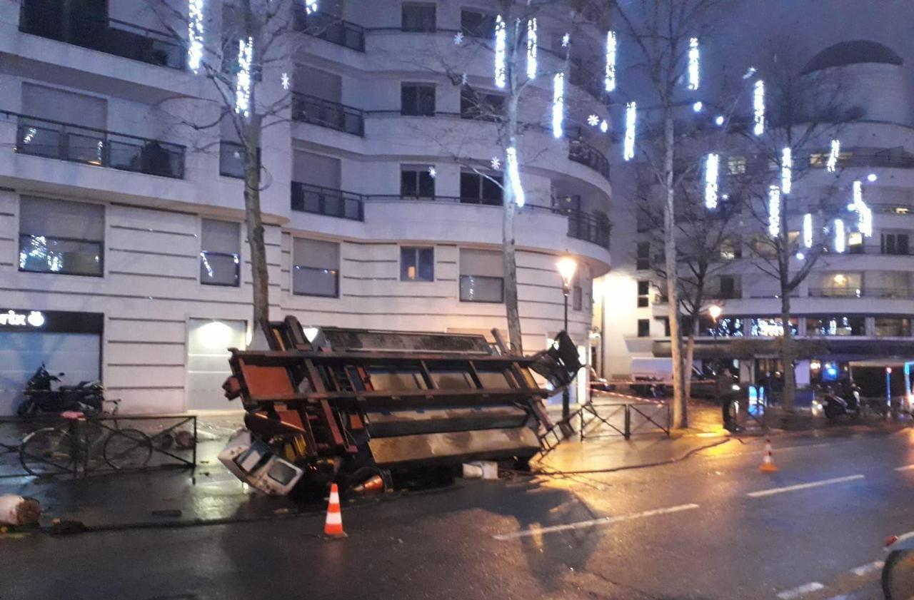 Levallois-Perret: un camion de goudron se renverse rue du Président-Wilson