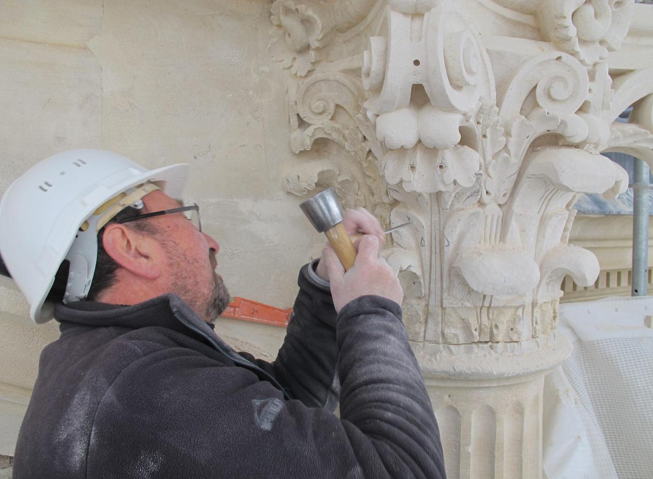 Clichy : des sculpteurs de pierre au chevet des façades de la mairie - Le Parisien
