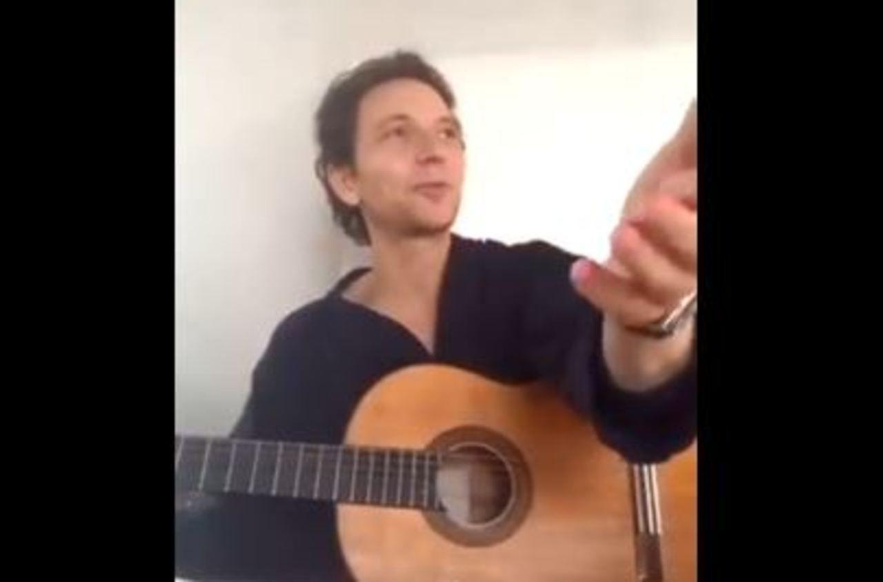 «Je dois faire à bouffer !» : Raphaël interrompu par Mélanie Thierry en plein concert sur Facebook live