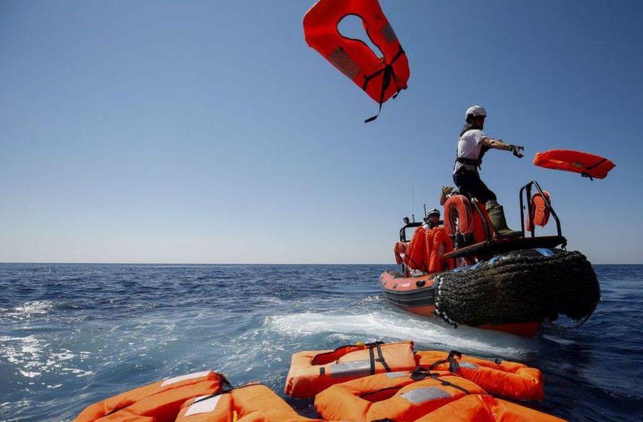 Menacée par des garde-côtes libyens, l'ONG Sea-Eye sauve 90 migrants en Méditerranée
