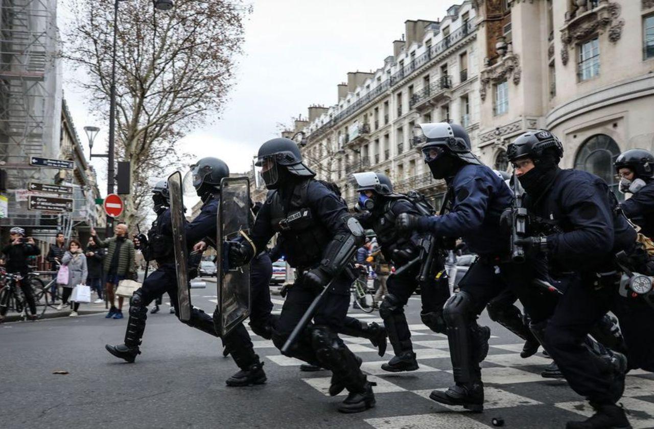Gilets jaunes : l'IGPN ouvre une enquête après une vidéo montrant un policier frapper un manifestant