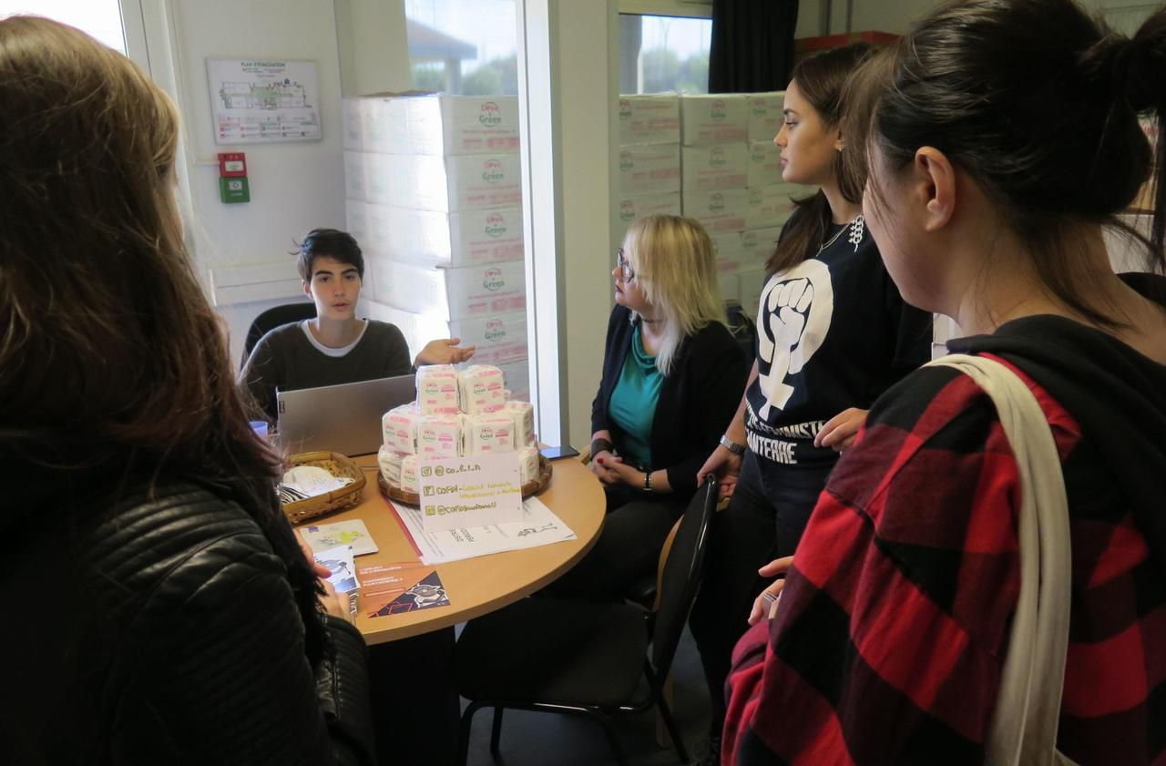 Franc succès de la distribution de serviettes hygiéniques à la fac de Nanterre