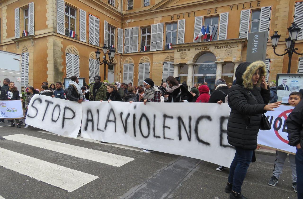 A Clichy-sous-Bois, une marche contre la violence après l'agression devant le lycée Alfred Nobel - Le Parisien