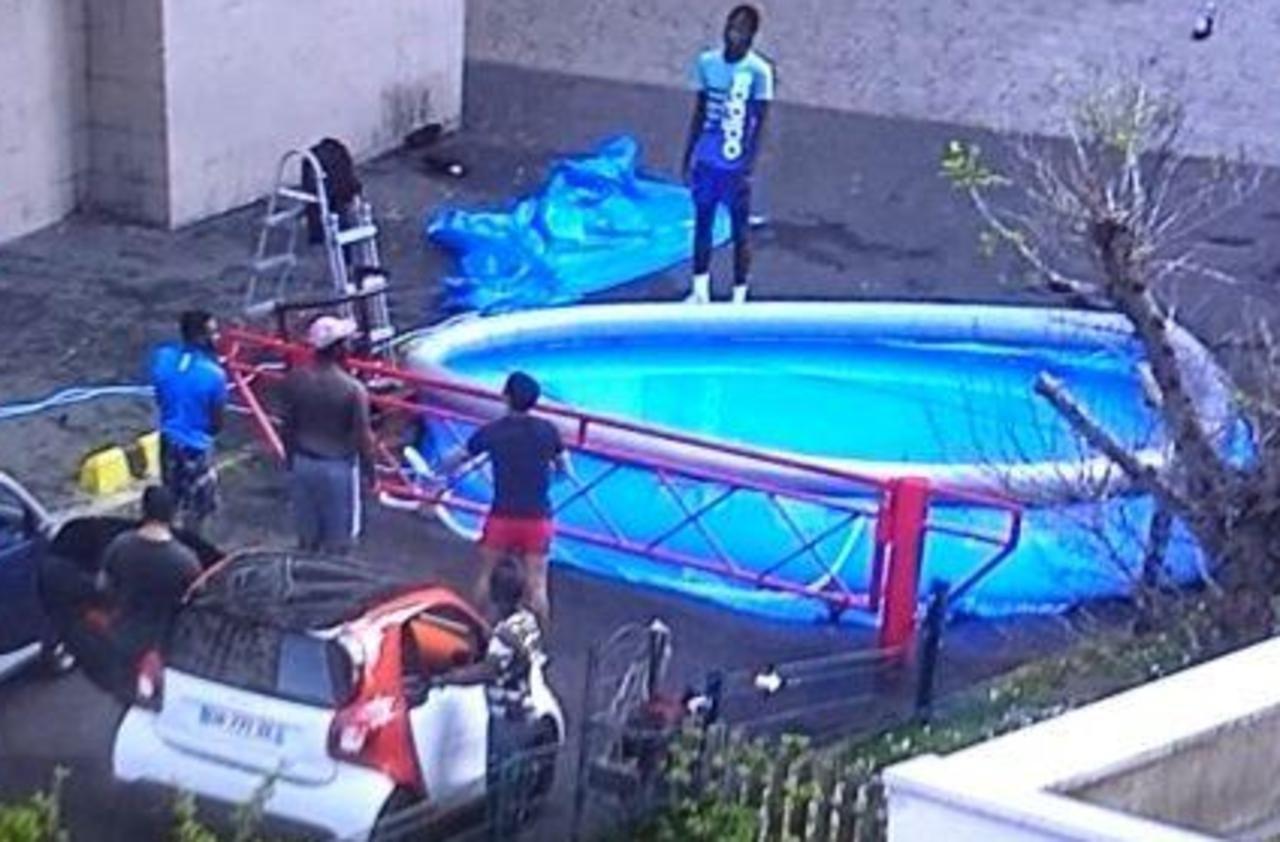 Une piscine gonflable installée dans une cité de Saint-Ouen en plein confinement