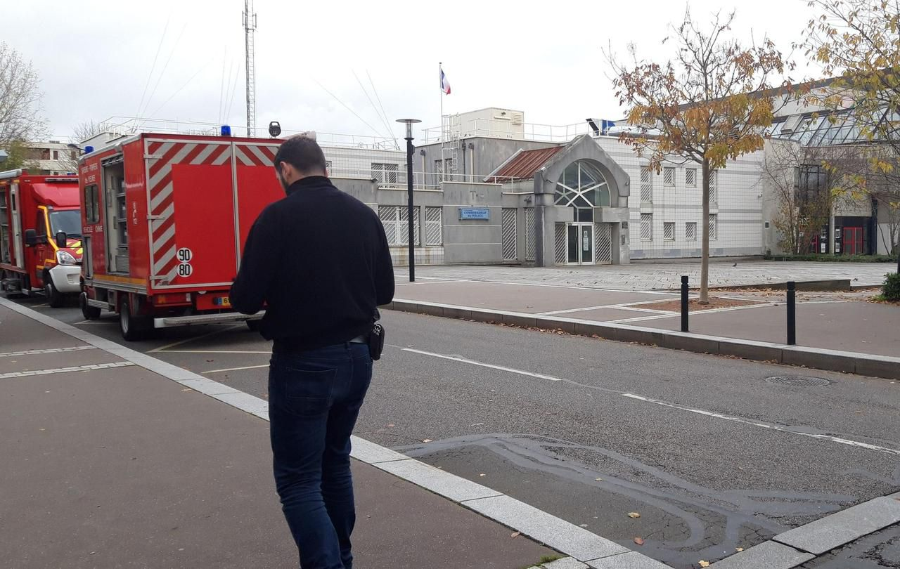 Trappes : les policiers confinés au commissariat à cause d'une enveloppe suspecte - Le Parisien