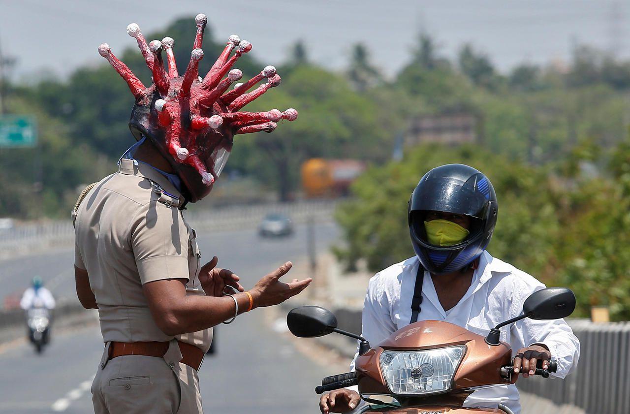 Confinement en Inde : pour faire ses contrôles, un policier se déguise en virus