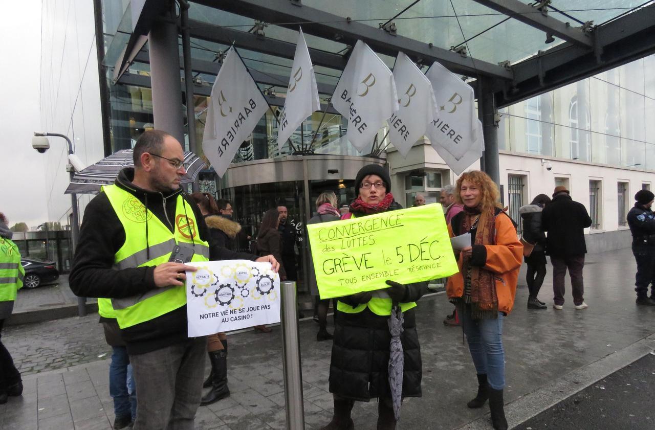 Les Gilets jaunes veulent convaincre devant le casino d'Enghien-les-Bains - Le Parisien