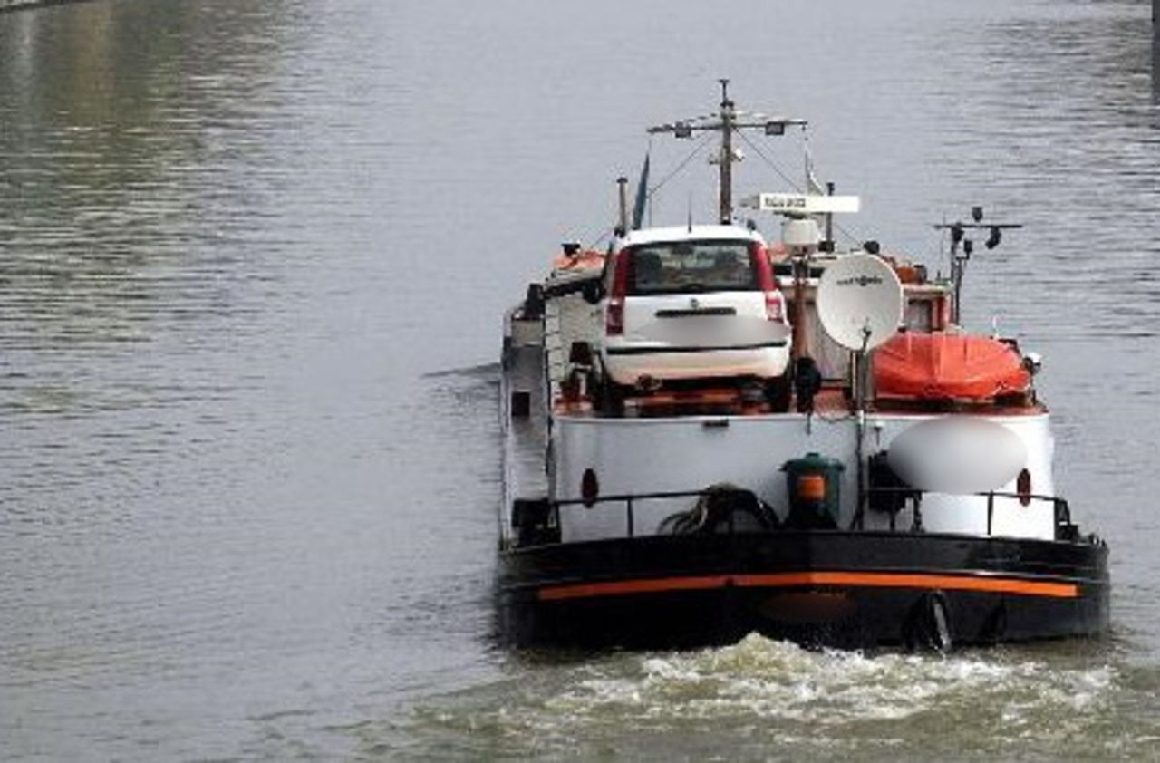 Une péniche transportant du gaz toxique endommagée sur le Rhône