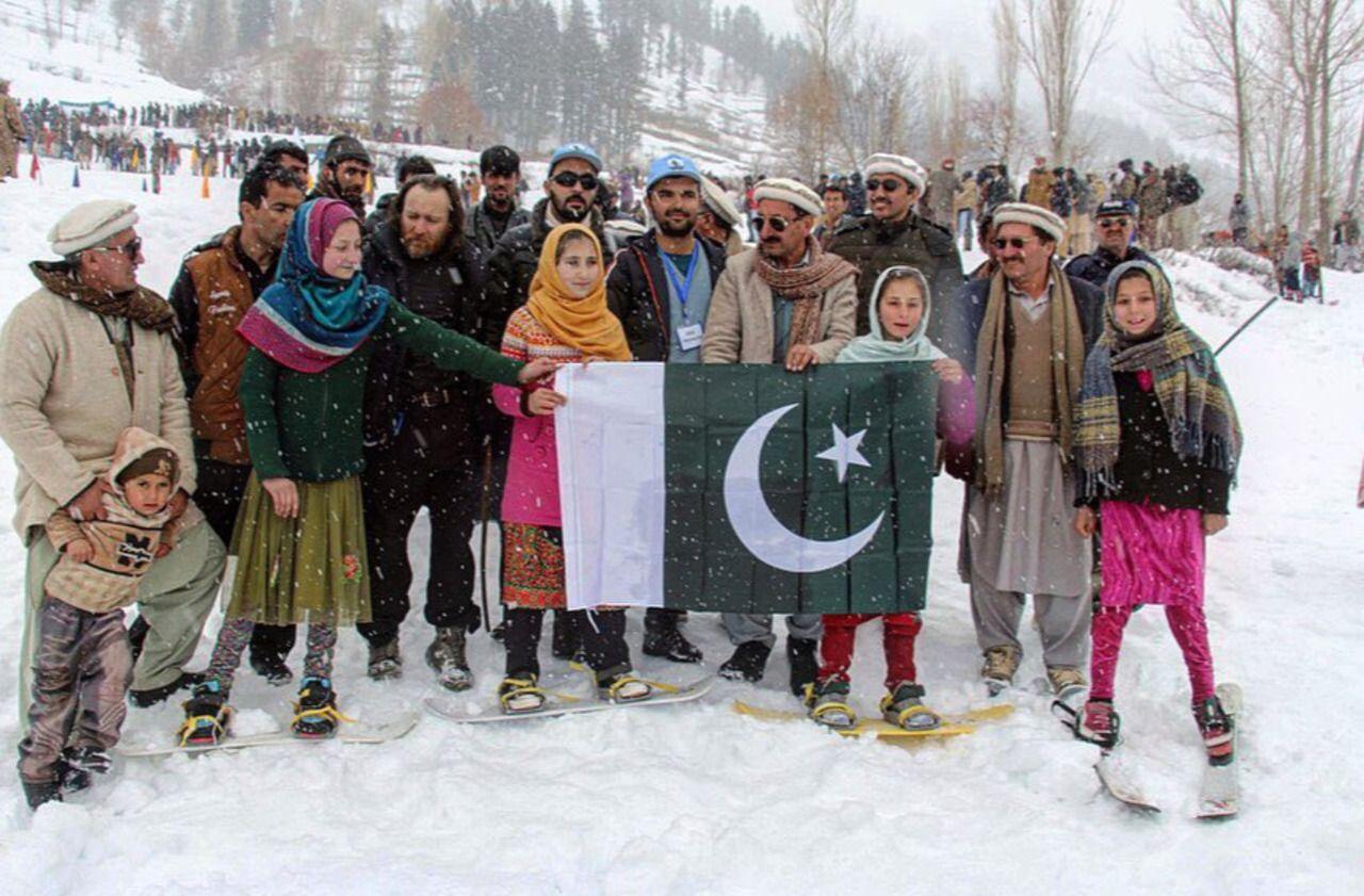 Haute-Savoie : le guide de Chamonix envoie des snowboards au Pakistan