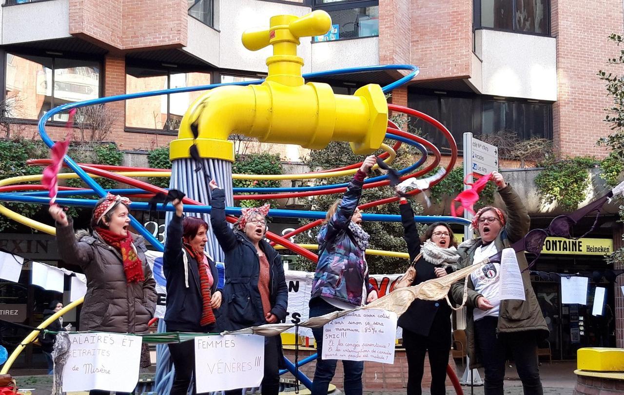 Cergy : des soutiens-gorge contre la réforme des retraites